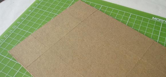 När du skurit ut den stora kartongbiten, så mät upp sidorna och skär skåror i pappen för att märka ut sidorna.