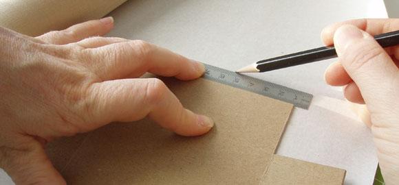 Mät upp alla sidorna. Det är lättare att passa in pappen om du drar linjer som motsvarar asken. Lägg på minst en centimeter på varje sida för att få lite marginal.
