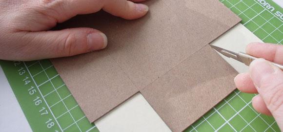 Skär upp pappret.