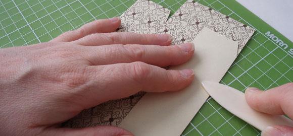 Vik in kanterna, använd falsbenet för att få fina och raka linjer på vecken.