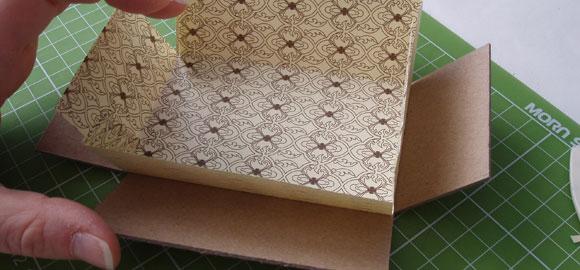 Se så att pappret passar på insidan av asken.