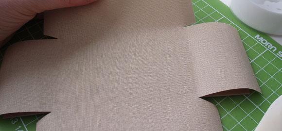 Lägg på omslagspappret. Se till att passa in det ordentligt och använd gärna måttlinjerna som passmått.