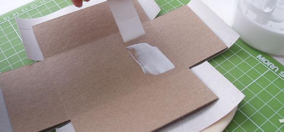 Stryk lim på insidan av kartongen.