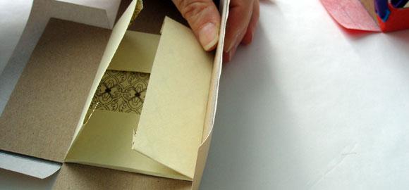 Pressa fast omslagspappret mot sidan och håll en stund tills det torkat.