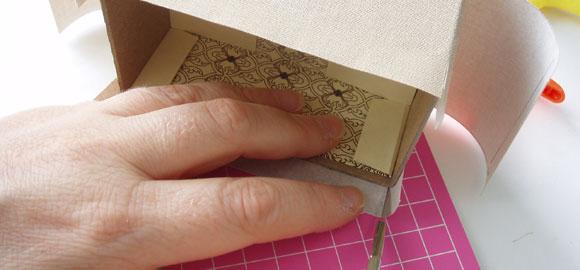 Gör samma sak med resten av sidorna. Limma bredsidorna först, sedan flikarna och sedan sidorna. Se till att INTE limma fast omslaget som skall gå över kanten.
