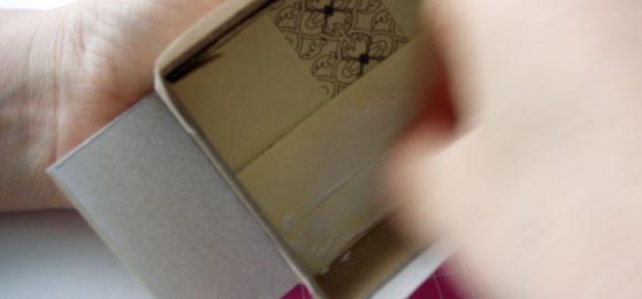 Limma fast pappret på insidan. Se till att fliksidorna limmas först.